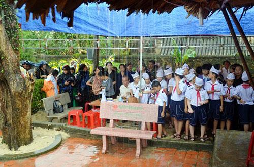 Học sinh Quảng Bình đội mưa viếng Đại tướng - 5