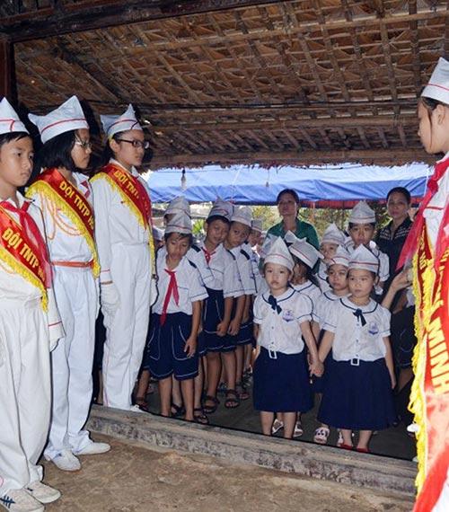 Học sinh Quảng Bình đội mưa viếng Đại tướng - 6