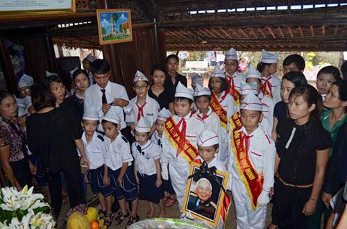 Học sinh Quảng Bình đội mưa viếng Đại tướng - 7