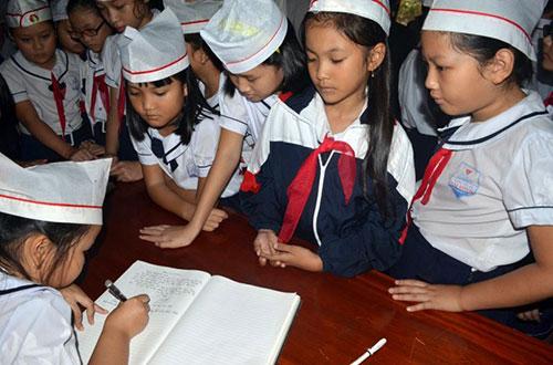 Học sinh Quảng Bình đội mưa viếng Đại tướng - 8
