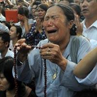Ảnh: Người dân òa khóc trước nhà 30 Hoàng Diệu