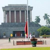 Hạ cờ rủ Quốc tang trên Quảng trường Ba Đình