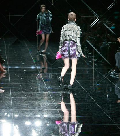 Người mẫu ngã liên tục vì giày cao! - 9