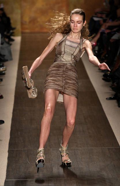 Người mẫu ngã liên tục vì giày cao! - 17