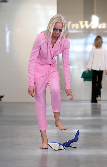 Người mẫu ngã liên tục vì giày cao! - 1