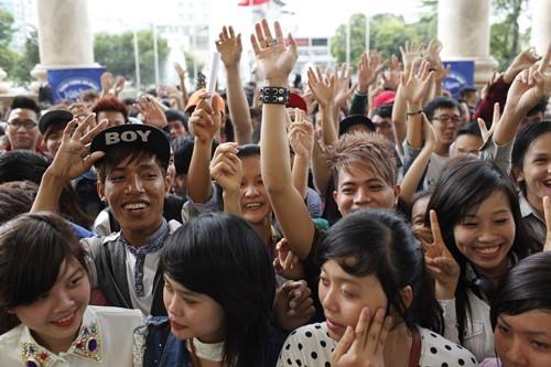Bão Vietnam Idol đổ bộ TP.HCM - 8