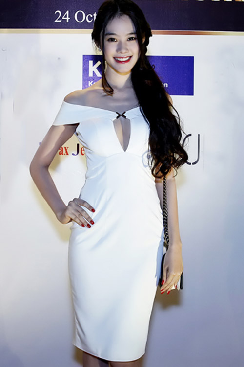 9 chiếc váy níu mắt mày râu Việt - 3
