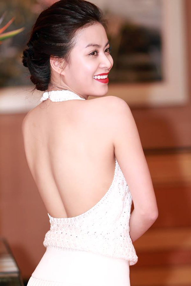 Không ít cô gái sẽ phải ghen tỵ với tấm lưng nuột nà này của Hoàng Thùy Linh
