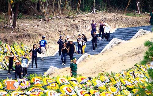 Người dân viếng mộ Đại tướng sau ngày an táng - 3