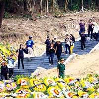 Người dân viếng mộ Đại tướng sau ngày an táng