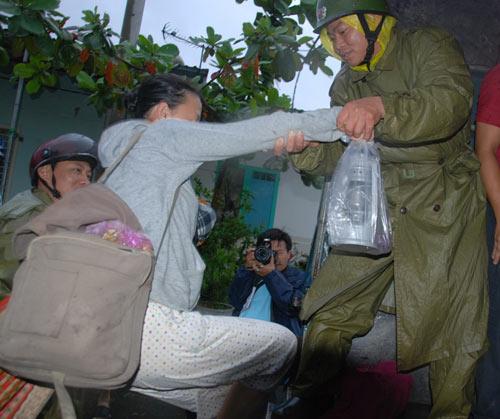 Ảnh: Mưa to, gió lớn bắt đầu tàn phá Đà Nẵng - 4