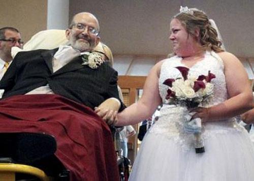 Dự lễ cưới bằng xe cứu thương - 1