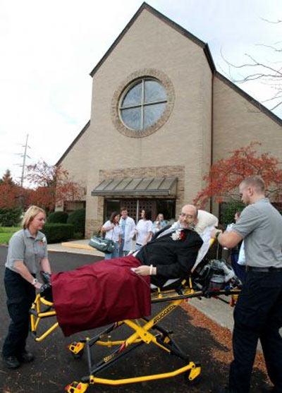 Dự lễ cưới bằng xe cứu thương - 2
