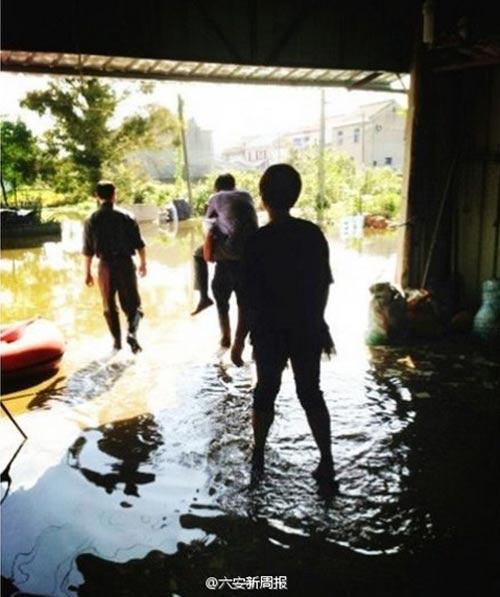 TQ: Quan cưỡi lưng dân đi kiểm tra lũ lụt - 1