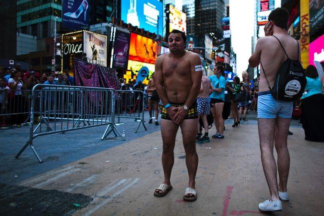 Một người đàn ông co ro vì lạnh khi chỉ mặc duy nhất trên người quần chip tham gia xác lập kỉ lục số người mặc đồ lót nhiều nhất được tổ chức trên quảng trường Thời đại, New York. Kết quả có 2.270 người xác lập kỉ lục vào ngày 5/8/2013.