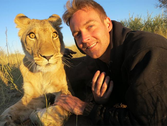Người đàn ông và chú sư tử thân thiết như những người bạn