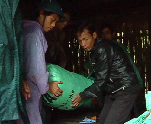 """Quảng Ngãi: Núi nứt, người dân """"tháo chạy"""" - 2"""