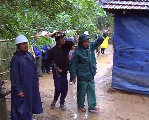 """Quảng Ngãi: Núi nứt, người dân """"tháo chạy"""" - 3"""