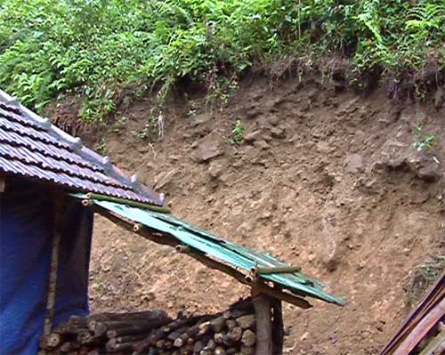 """Quảng Ngãi: Núi nứt, người dân """"tháo chạy"""" - 5"""
