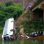 Tin tức trong ngày - Xe khách lao xuống suối: 7 người thương vong