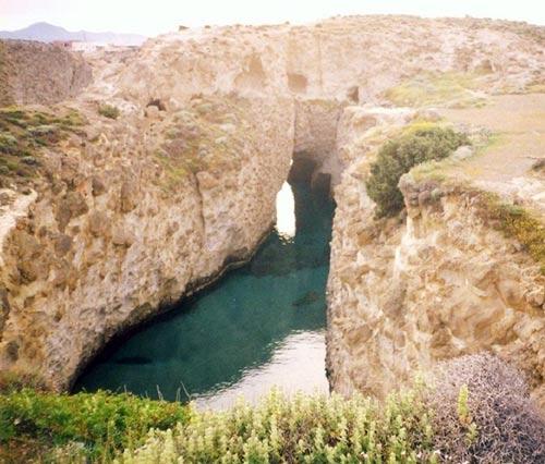 Bãi biển trong... hang động ở Hy Lạp - 4