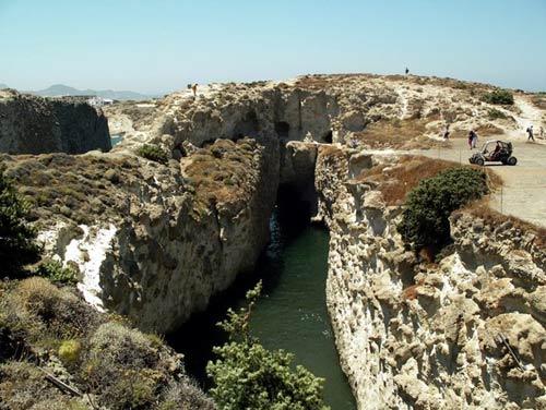 Bãi biển trong... hang động ở Hy Lạp - 7