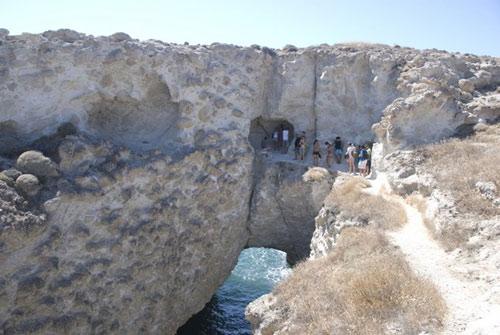Bãi biển trong... hang động ở Hy Lạp - 9