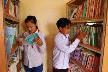 Thầy cô lập tủ sách phục vụ trò nghèo - 1