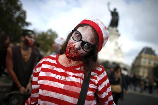 Một cô gái mặc trang phục như ma quỷ tham gia trong Ngày hội đi bộ của ma quỷ (Zombie Walk) được tổ chức thường niên trên đường phố Paris vào ngày 12/10/2013 (Ảnh: Hãng Reuters)