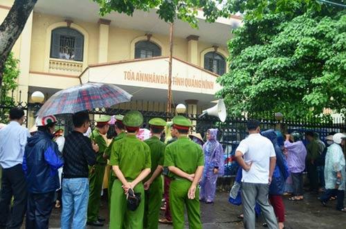Chủ nợ siêu lừa khóc dưới mưa ngày tuyên án - 4