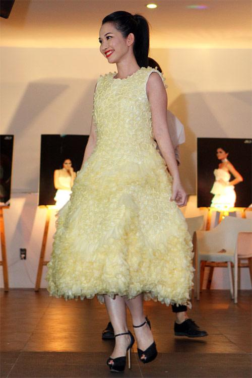 Kim Hiền mặc váy kết từ nghìn bao cao su - 1
