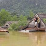 Tin tức trong ngày - Lũ bao vây tứ phía, dân kêu cứu trên nóc nhà