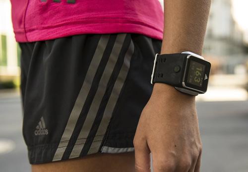 Adidas bất ngờ tung Smartwatch đầu tay - 1