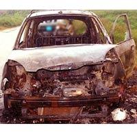 Cướp thiêu rụi xe taxi, lột quần áo tài xế