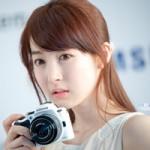 Thời trang Hi-tech - Vẻ đẹp thánh thiện bên chiếc máy ảnh