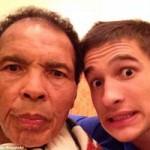 """Thể thao - Huyền thoại Muhammad Ali """"tự sướng"""" cùng cháu trai"""