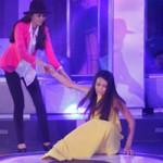 Thời trang - Chân dài thi nhau ngã, lăn lộn ở sân khấu