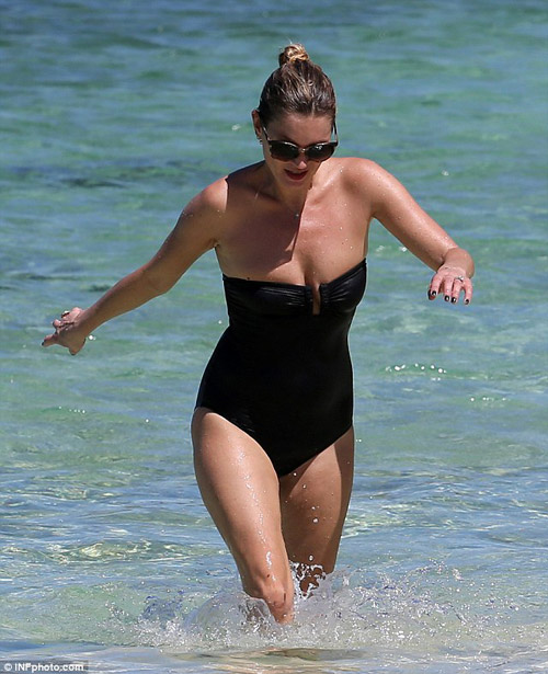 Kate Moss vô tư ngực trần phơi nắng biển - 3