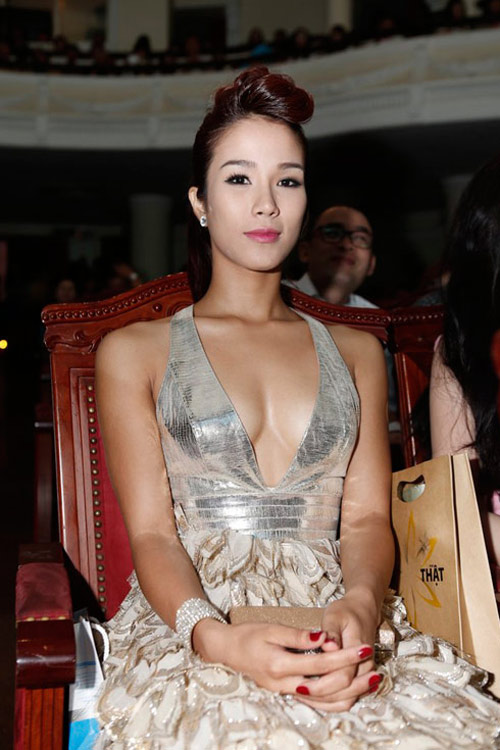 Váy áo gợi cảm của ca sĩ Diệp Lâm Anh - 12