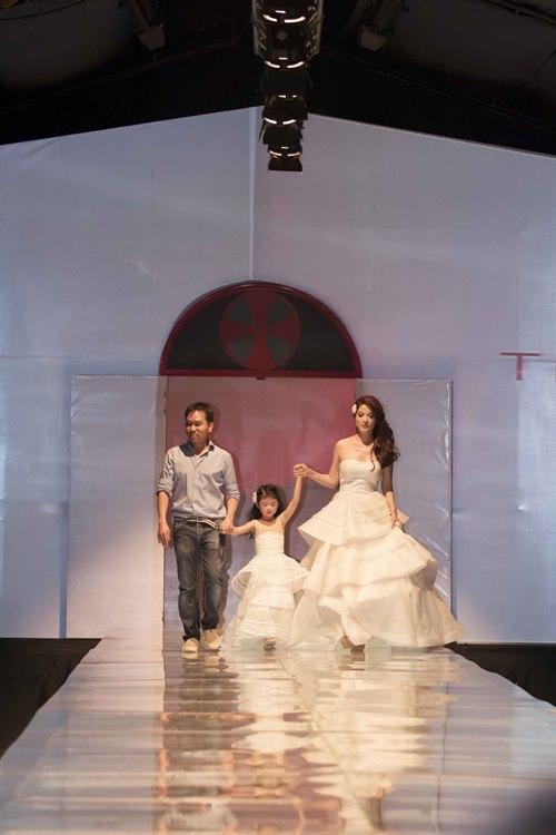 Trương Ngọc Ánh dẫn con gái diễn catwalk - 4