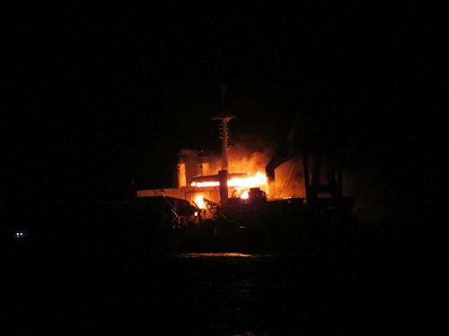 Cận cảnh tàu 25.000 tấn bốc cháy trên biển - 3