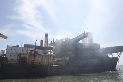 Cận cảnh tàu 25.000 tấn bốc cháy trên biển - 7