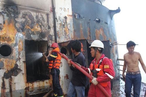 Cận cảnh tàu 25.000 tấn bốc cháy trên biển - 5