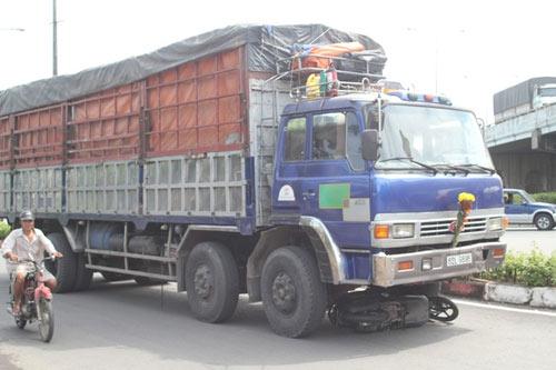 Thoát chết thần kỳ khi bị xe tải kéo lê 50m - 1