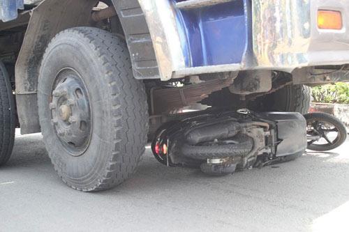 Thoát chết thần kỳ khi bị xe tải kéo lê 50m - 2