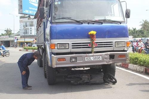 Thoát chết thần kỳ khi bị xe tải kéo lê 50m - 5