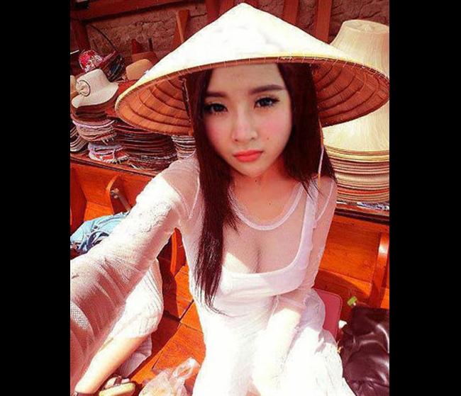 Hình ảnh khoe vòng 1 của Angela Phương Trinh trong tà áo truyền thống khiến nhiều người khó chịu