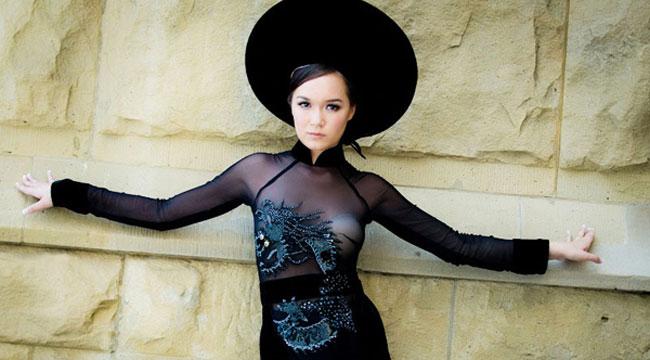 Á hậu Hoa hậu Thế giới người Việt 2010 - Victoria Phạm Thúy Vy phản cảm với chiếc áo dài xuyên thấu