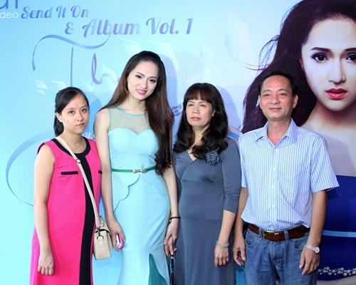 Hương Giang Idol bật khóc bên mẹ - 3