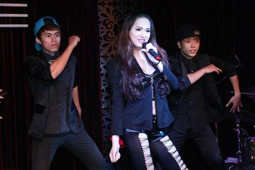 Hương Giang Idol bật khóc bên mẹ - 14